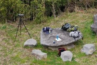 028山頂にある石のテ-ブル
