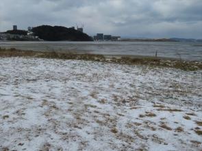 210110006 雪の積もった和白干潟沿岸