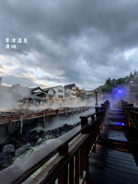 20210531群馬県草津町、草津温泉・雨上がりの湯畑階段2