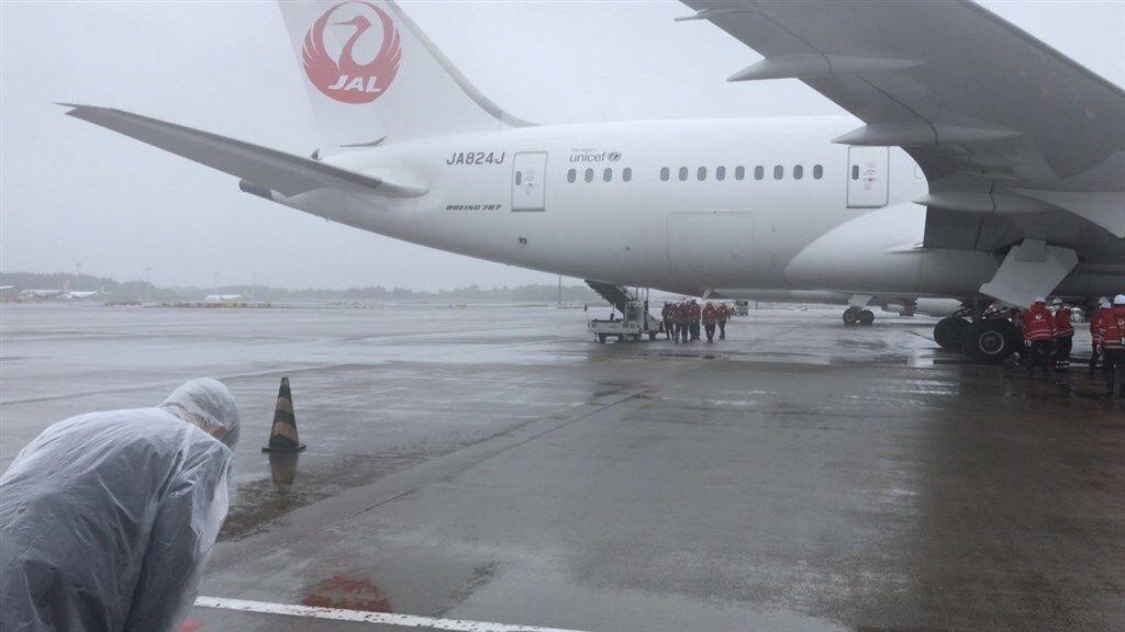ワクチンを積んだ飛行機をお辞儀で見送る台湾代表処