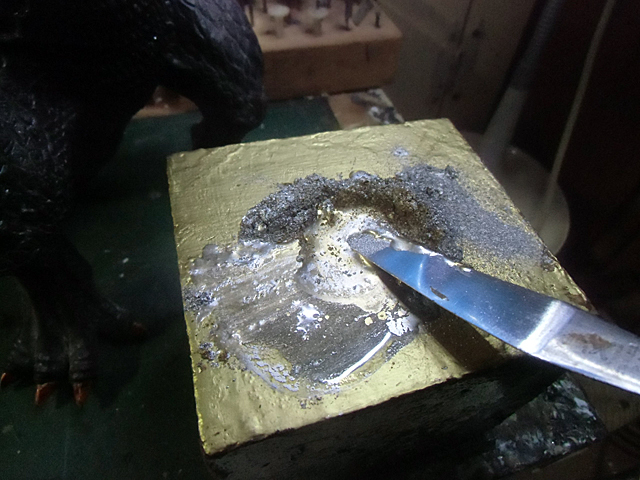 金銀粉にワニスを混ぜる