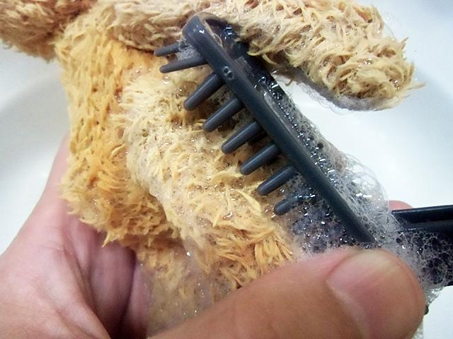 毛を丁寧に洗う