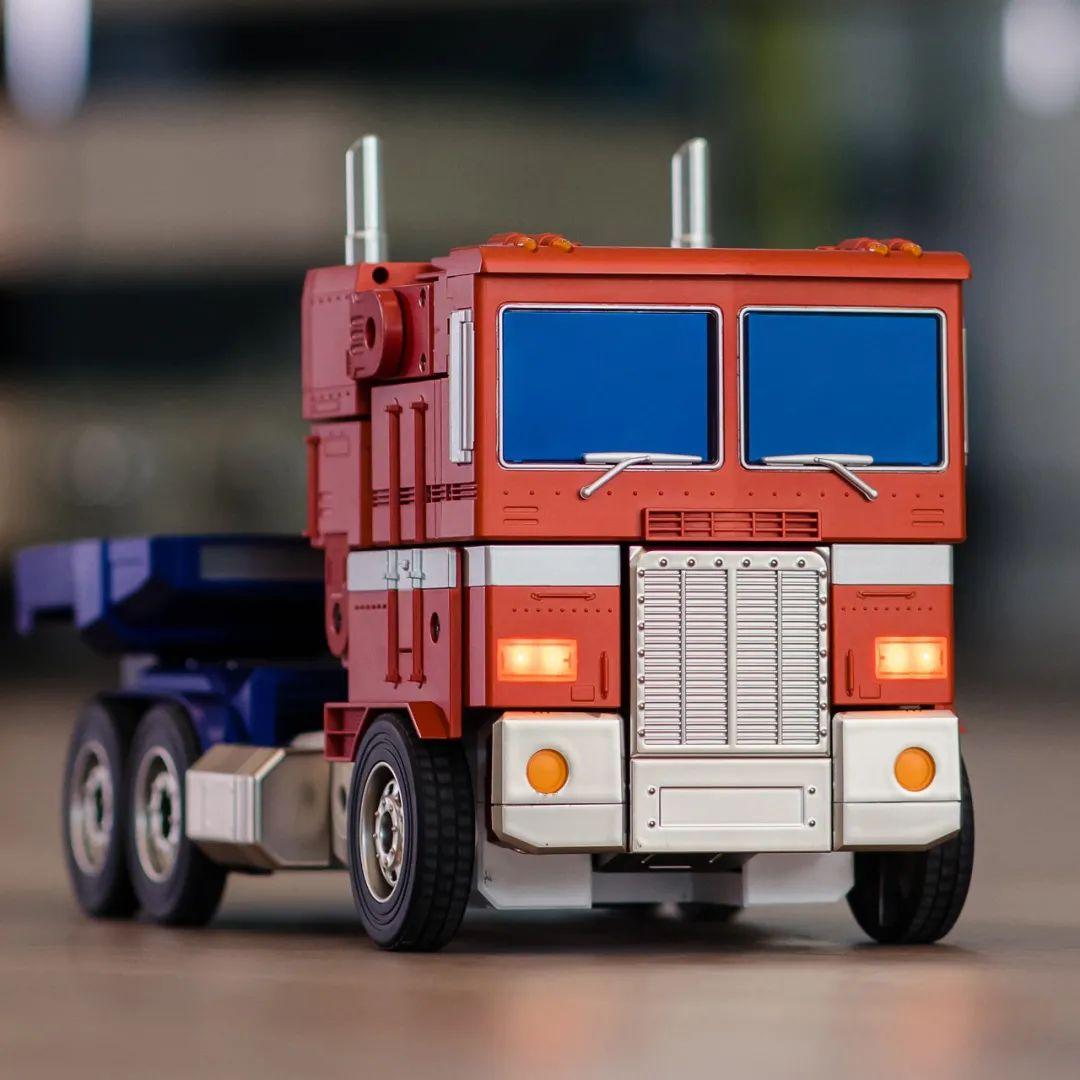 Robosen_Transformers_Optimus_Prime_Auto_Converting_002.jpeg