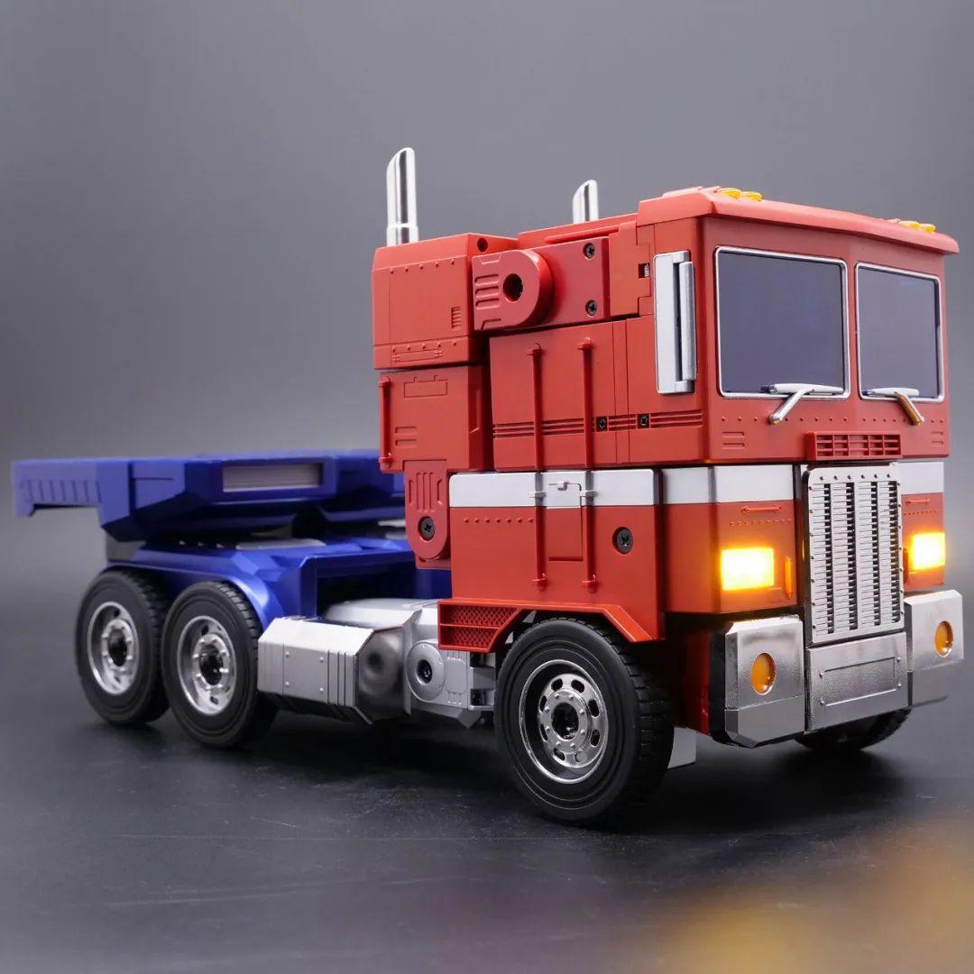 Robosen_Transformers_Optimus_Prime_Auto_Converting_004.jpeg