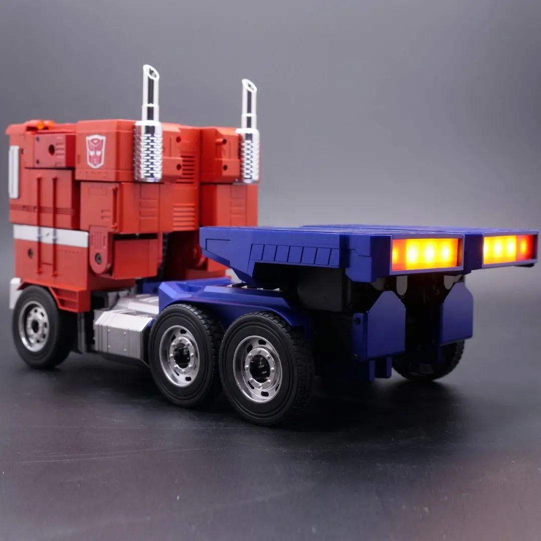 Robosen_Transformers_Optimus_Prime_Auto_Converting_005.jpeg
