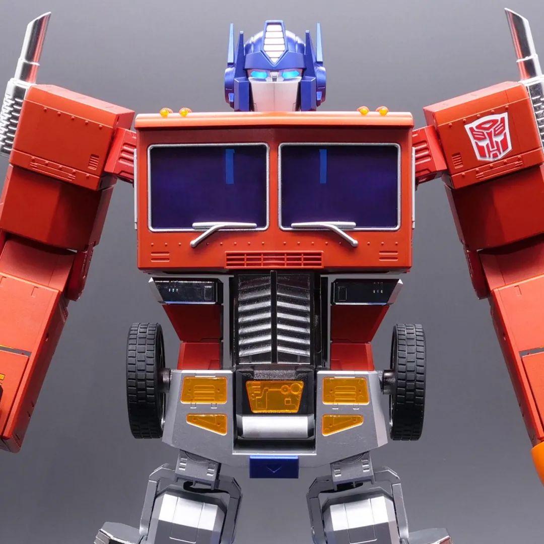 Robosen_Transformers_Optimus_Prime_Auto_Converting_007.jpeg