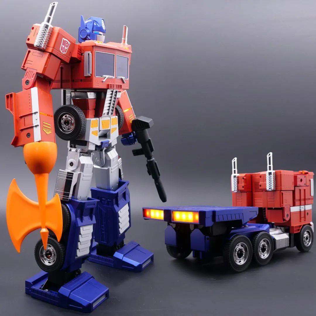 Robosen_Transformers_Optimus_Prime_Auto_Converting_008.jpeg