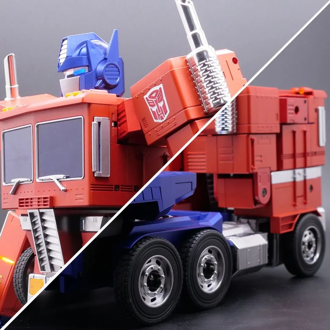 Robosen_Transformers_Optimus_Prime_Auto_Converting_009.jpeg