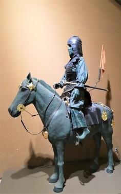 馬に乗った鎧兜人