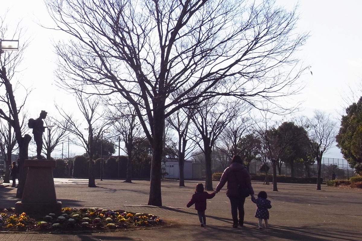 公園で手を繋いで帰って行く親子