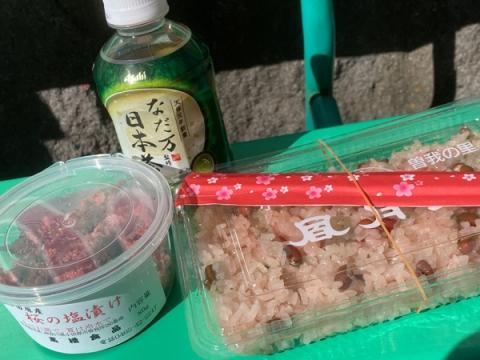 下曽我駅風月堂の赤飯と桜の塩漬け
