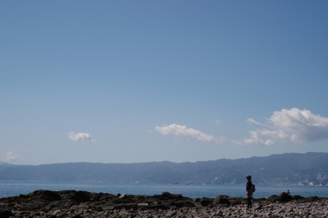 三ツ石海岸で佇む女性