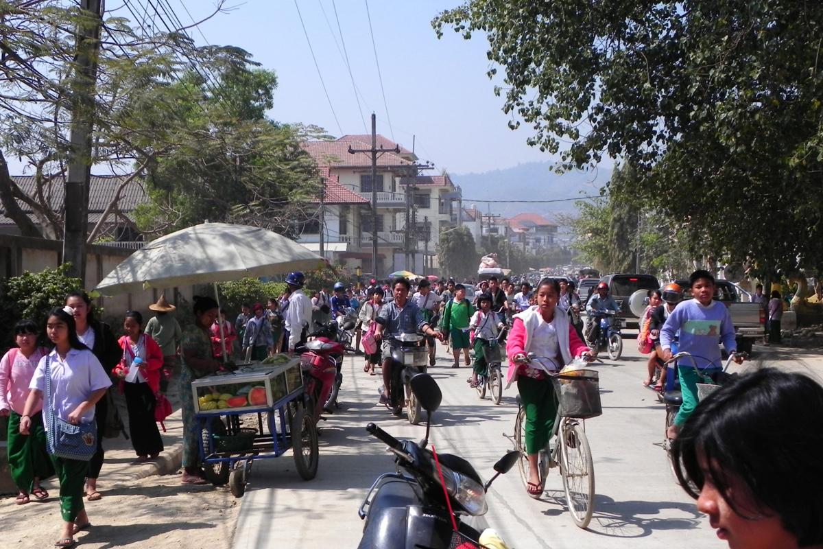 ミャンマースナップ 下校時間帯のラッシュ