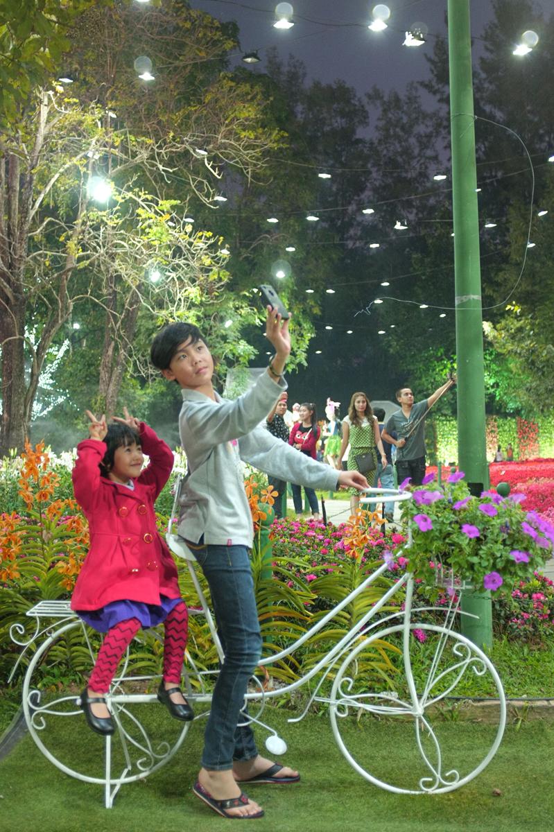 チェンライ花祭り会場で写真を撮る兄妹