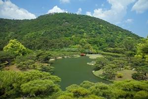 栗林公園の向こうが紫雲山