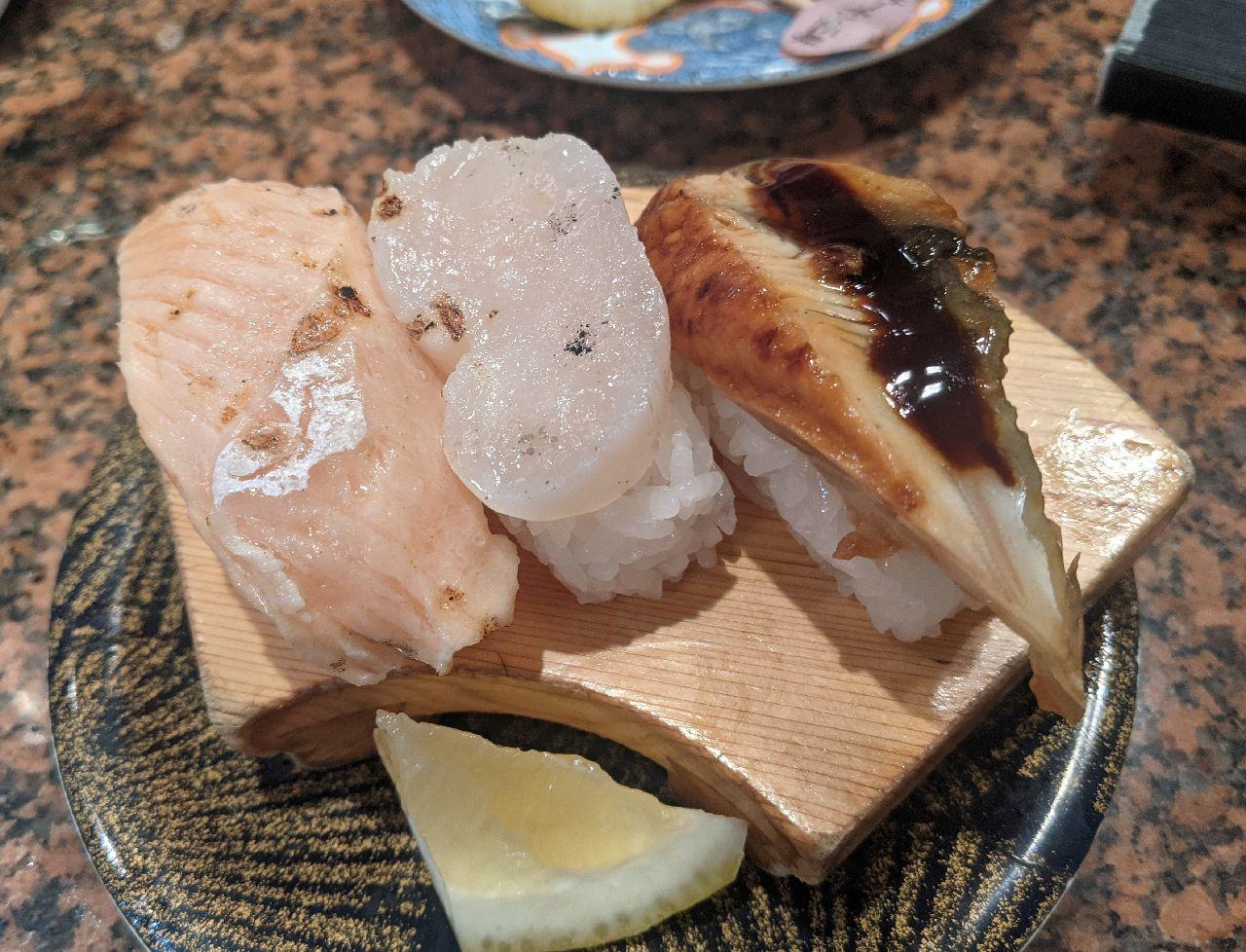 PXL_20210708_105106000炙り三昧(炙りトロサーモン、炙り平貝、炭火焼ウナギ)
