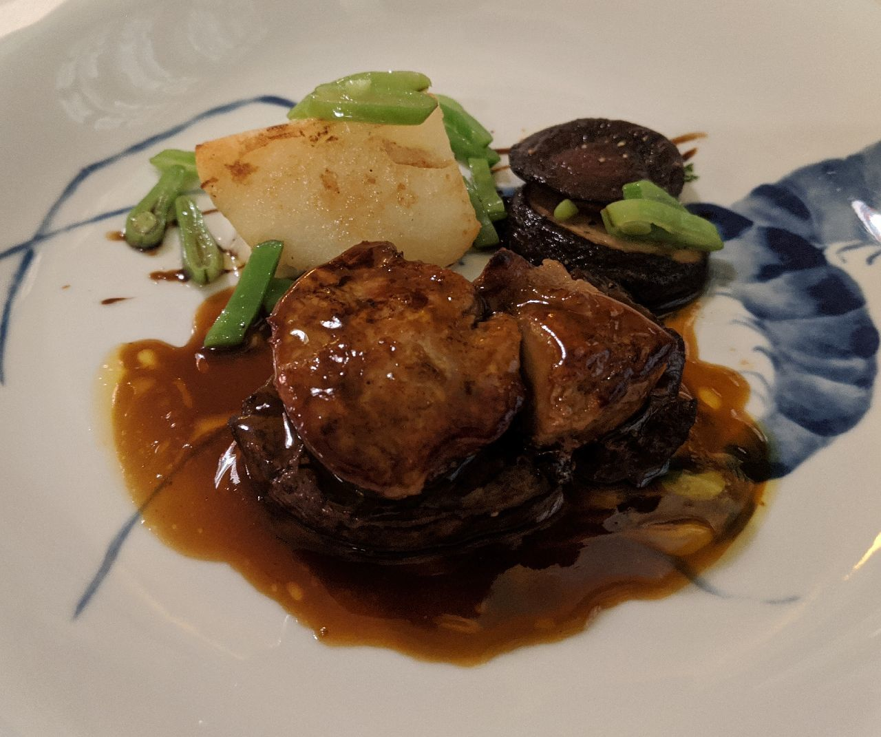 MVIMG_20200530_192258_1国産・牛フィレ肉のステーキ、フォアグラ乗せ、黒胡椒ソース、ポテトと椎茸のオープン焼き、ブルギニョン風
