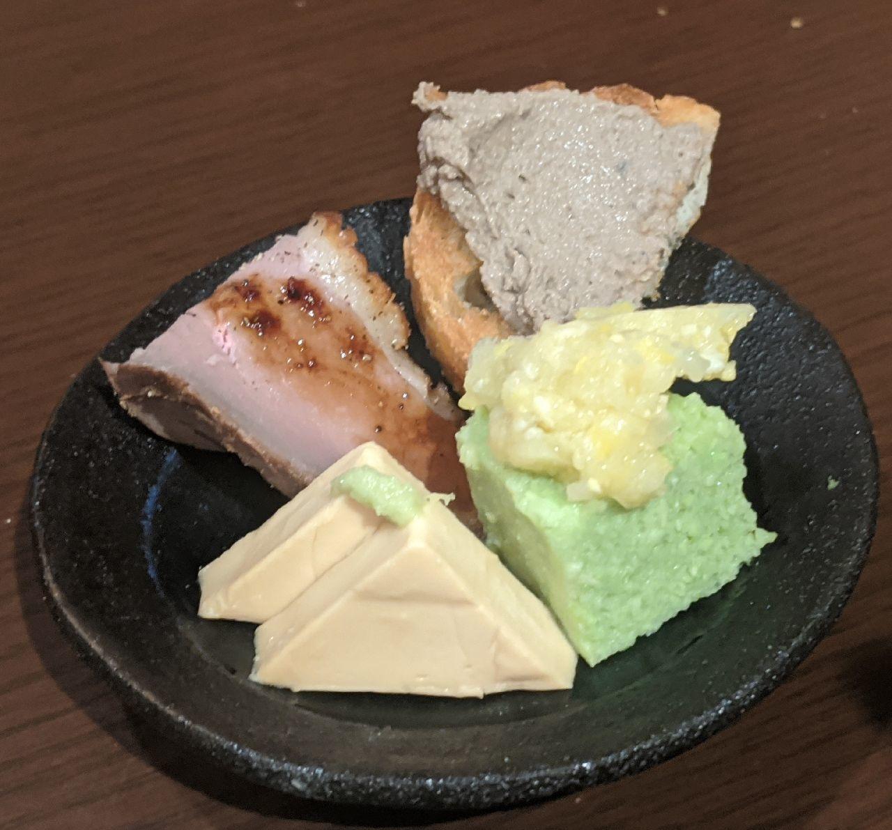 MVIMG_20200813_202148おつまみプレート(クリームチーズの醤油漬け、枝豆煮凝りとうもろこしすり流し、レバーペースト、合鴨燻製)