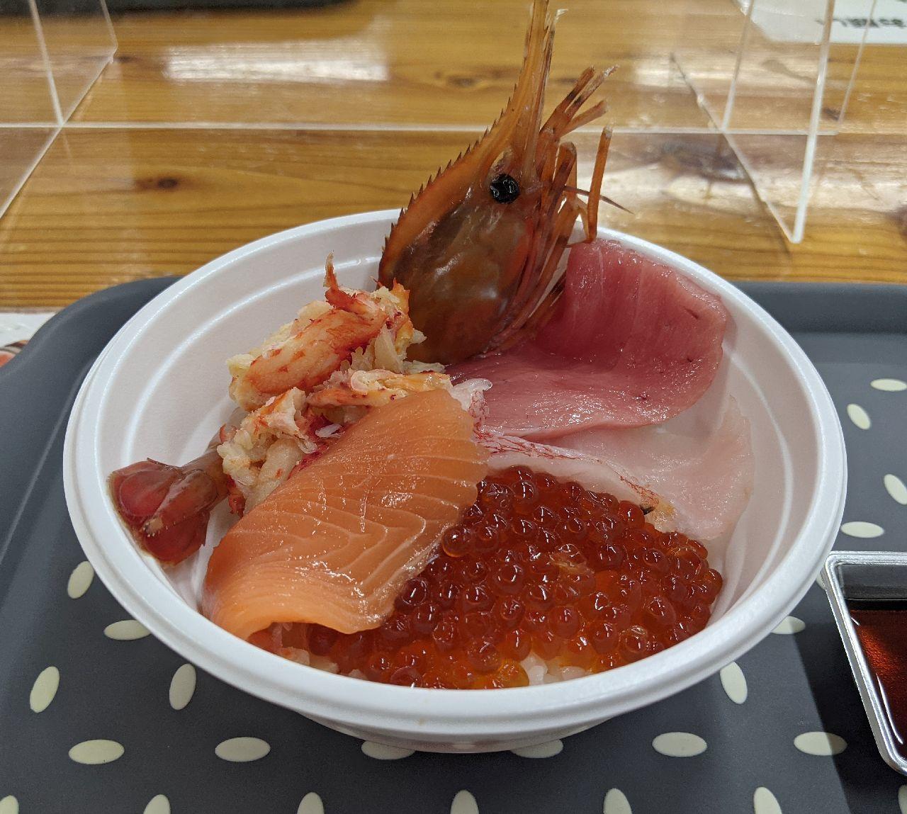PXL_20210312_230459402勝手丼(いくら醤油漬け、花咲ガニ、ボタンエビ、本マグロ中トロ、キンキ、オーロラサーモン
