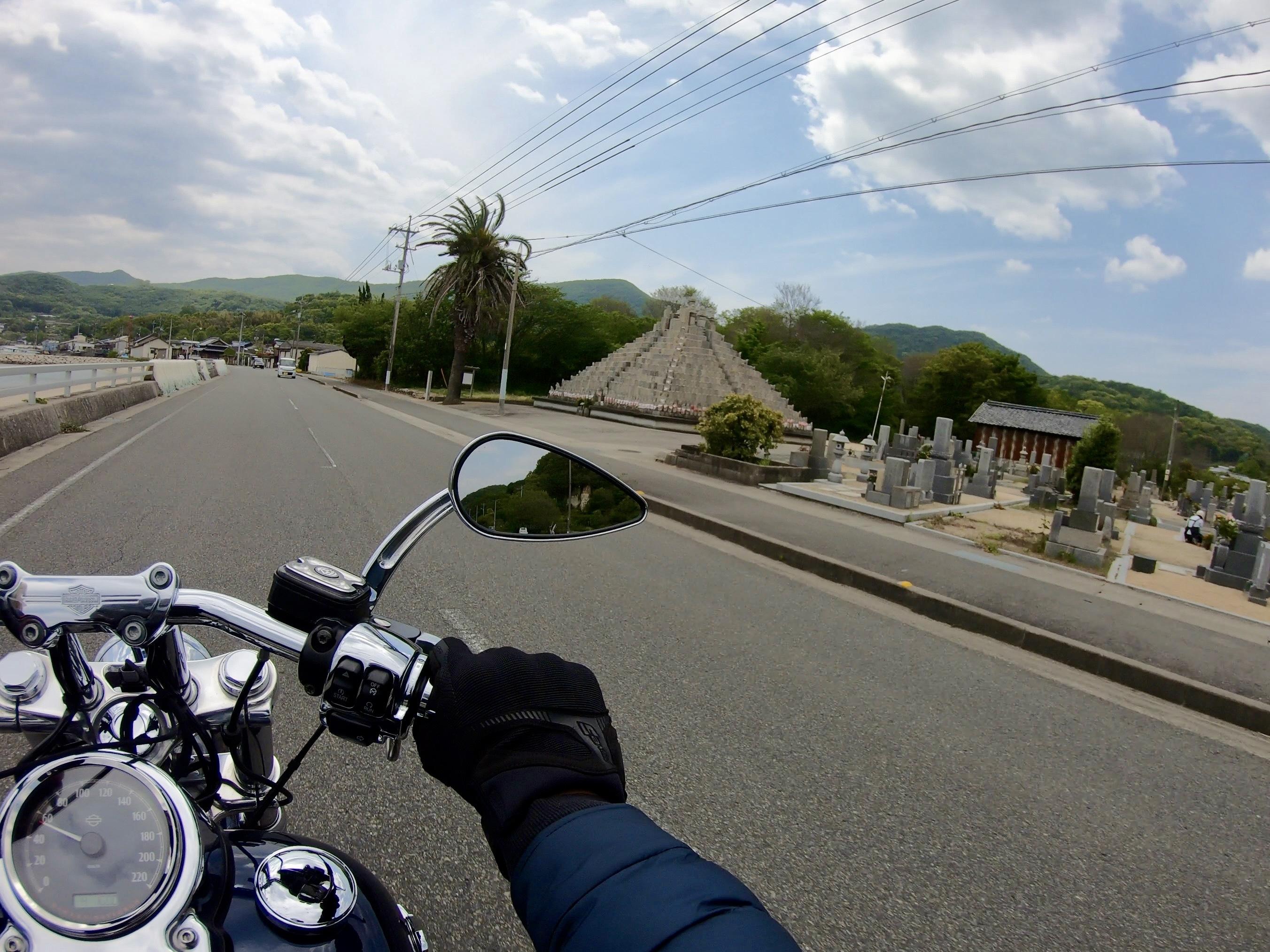小豆島 絶景&グルメツーリング 海沿いの道 お墓 ピラミッド型のお墓 ピラミッド