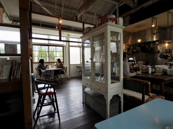小豆島 絶景&グルメツーリング カフェ EAT 内装 店内