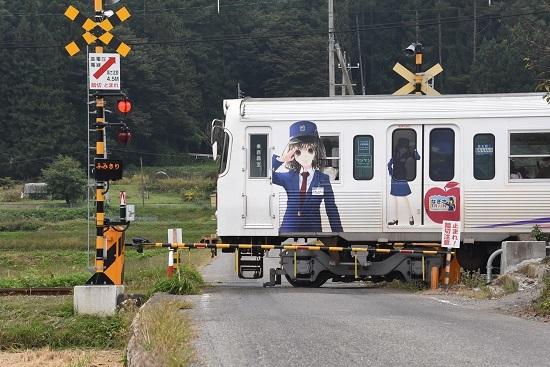 2020年10月4日撮影 アルピコ交通3000系 渕東駅踏切 なぎさTRAIN