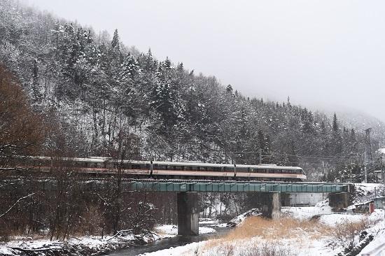 2021年1月24日撮影 木曽平沢の鉄橋にて1014M 383系 WVしなの14号