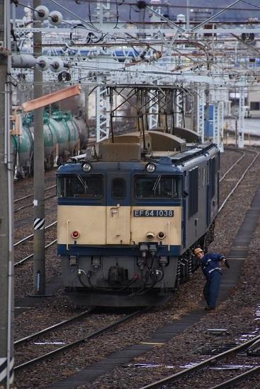 2020年12月19日撮影 南松本にて 西線貨物8084レ 機回し 誘導員さん体を捻って