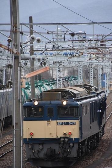 2021年1月16日撮影 南松本にて 西線貨物8084レ EF64を運転士さんが点検中