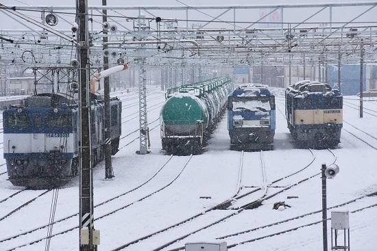 2021年1月24日撮影 南松本にて 雪の中のEF64とEH200の並び