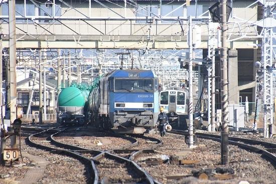 2021年1月31日撮影 南松本にて東線貨物2080レとライトが点灯している211系