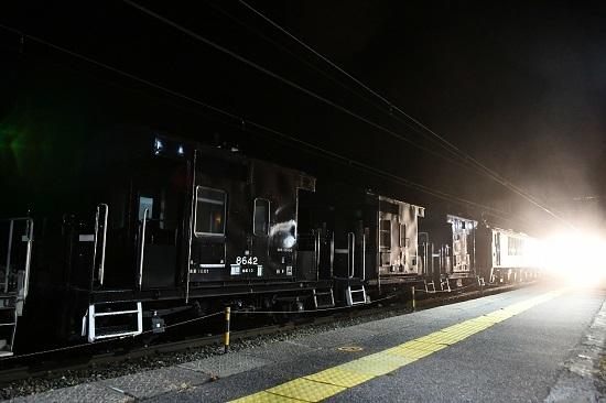 2021年2月13日撮影 贄川駅にて西線貨物5880レとWVしなの25号