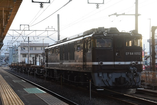 2021年2月13日撮影 岡谷駅にてEF64-1052号機が牽くチキ工臨 2