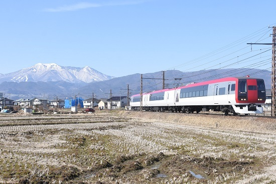 2021年2月28日撮影 長野電鉄 飯縄山をバックに2100系「スノーモンキー」 ゆけむりの代走か