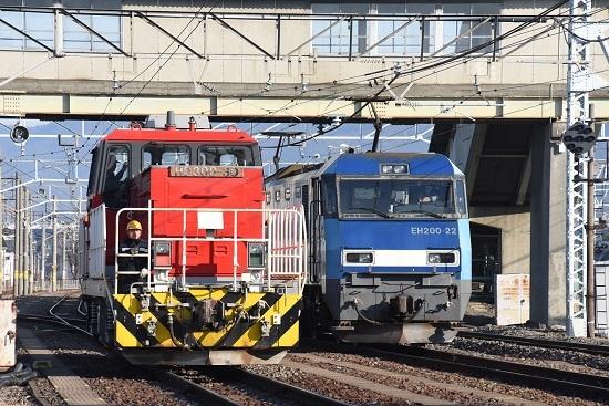 2020年12月27日撮影 南松本にて東線貨物2080レとHD300-30号機