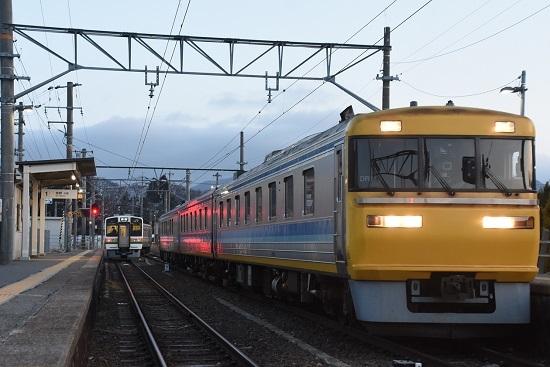 2021年3月18日撮影 羽場駅にて 2201M 213系 「快速」発車とキヤ95 DR1編成