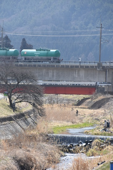 2021年3月20日撮影 東線貨物2080レ 緑タキと釣り人
