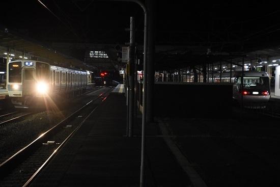 2021年3月24日撮影 塩尻駅にて 383系WVしなの26号と211系