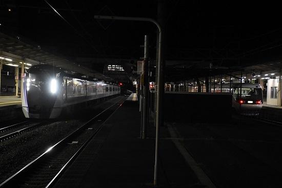 2021年3月24日撮影 塩尻駅にて 383系WVしなの26号とE353系あずさ43号