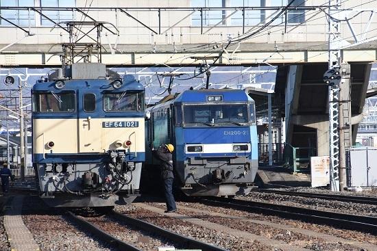2021年1月4日撮影 南松本にて西線貨物8084レ 運転士さんと誘導員さんの挨拶