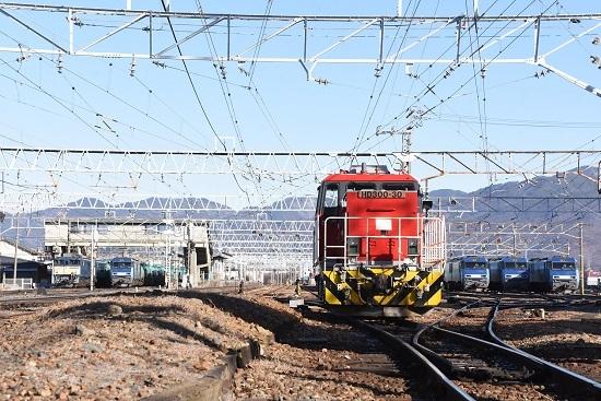 2021年1月4日撮影 南松本にて HD300-30号機を頭に、並ぶEF64とEH200