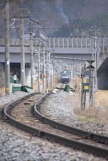 2021年4月3日撮影 篠ノ井線貨物2084レ EH200-21号機 聖高原ストレート 高速の向こう