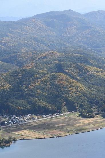 2020年10月25日撮影 大糸線は木崎湖俯瞰 8031M 383系「WVしなの81号」とパラグライダー