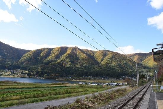 2020年10月25日撮影 大糸線は海ノ口駅からパラグライダー発射場を見る