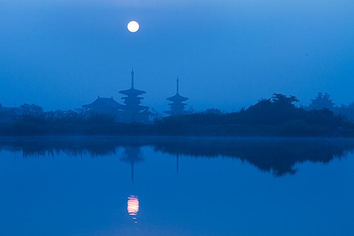 西ノ京 霧の中の日の出