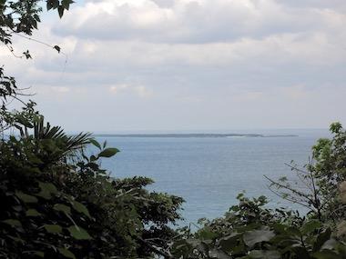 1斎場御嶽から久高島を望む