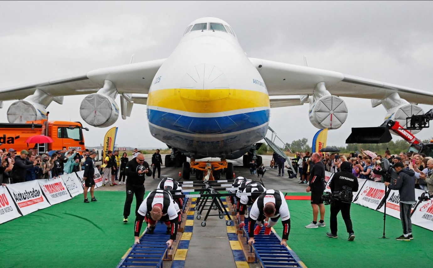 世界最大貨物機人力移動