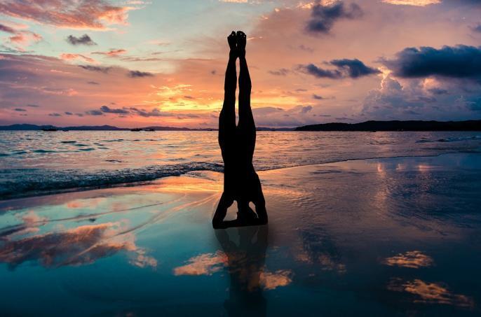 yoga-stand-in-hands-909032_convert_20210424011353.jpg