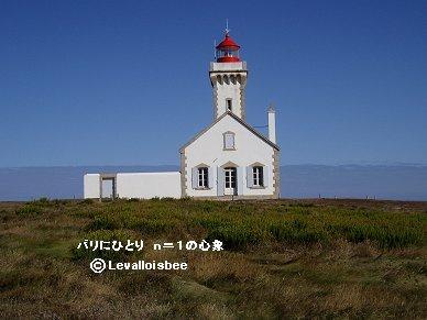荒野にポツンと立つ灯台は白に赤が印象的REVdownsize