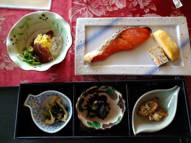 朝食 小鉢、造り、焼き肴